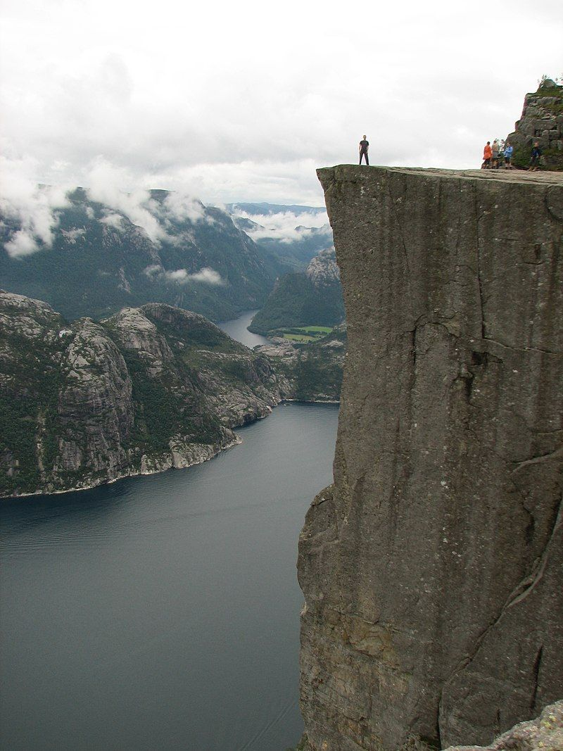 800px-Lysefjorden_-_Man_standing_on_Preikestolen